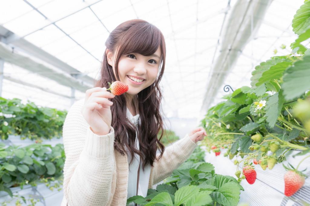 イチゴを持つ河村友歌がかわいい