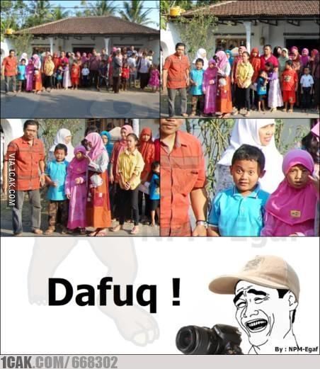 pose bocah foto bareng absurd ketawa deh © berbagai sumber