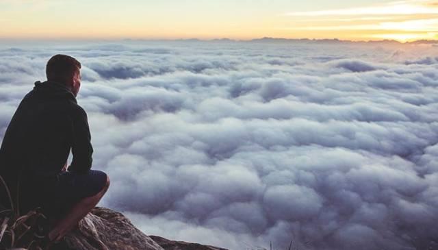 Homem pensativo olhando para as nuvens