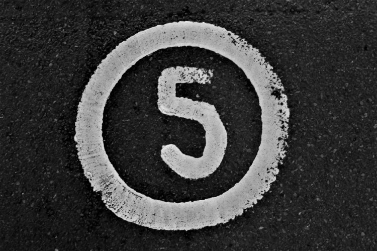 The letter five (for these five dangerous career fallacies) inside a circle.