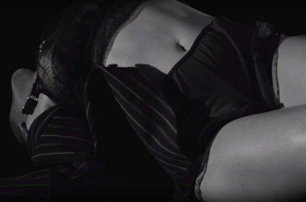 Só pra variar, Rihanna tá toda sensual em Kiss It Better