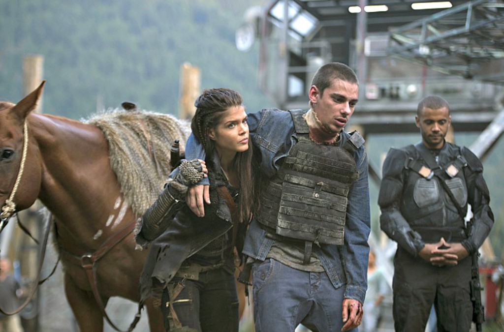 """The 100 -- """"Wanheda: Part One"""" -- Image HU301D_0124 -- Pictured (L-R) Marie Avgeropoulos as Octavia and Devon Bostick as Jasper -- Credit: Cate Cameron/The CW -- © 2015 The CW Network, LLC. All Rights Reserved"""