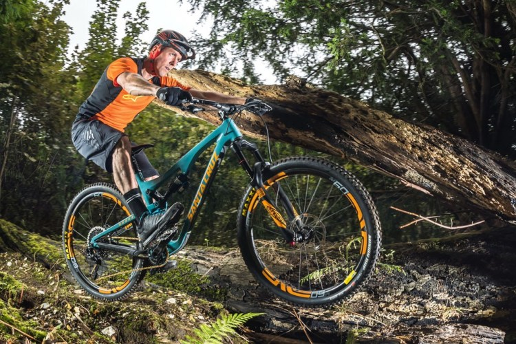 Bicicleta MTB Full Suspension e ciclista praticando Enduro