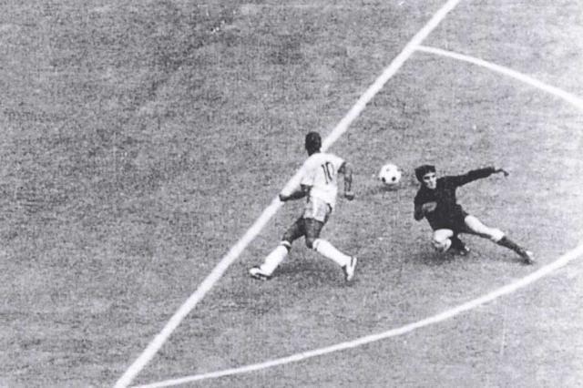 Pelé em seu famoso drible de corpo em cima do goleiro Mazurkiewicz