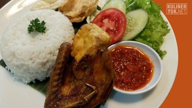 Ayam Goreng - menu tradisional lain yang bisa ditemui di SOFA Pasirkoja Bandung