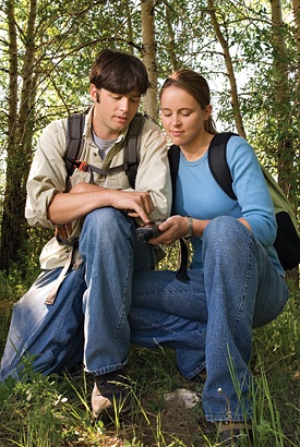 couple_geocaching_gps