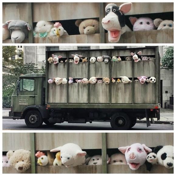 artista-banksy-faz-intervencao-com-animais-pelucia-em-caminhao-matadouro-veganismo