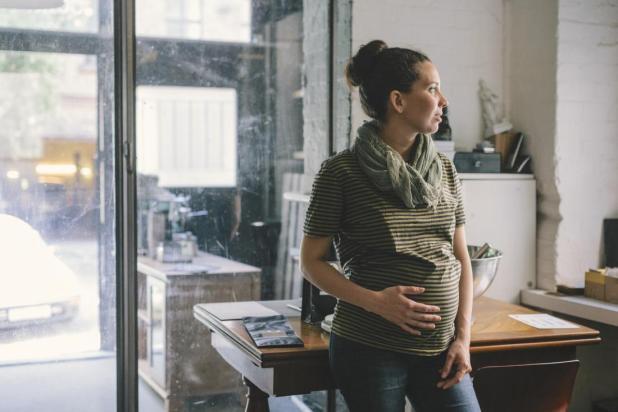 امرأة حامل مع بطن كرون