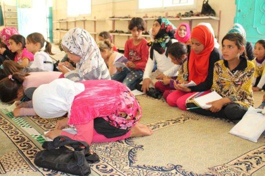 أطفال يتلقون دروساً في مسجد بمدينة سرمدا تصوير جابر عويد (خاصة).JPG
