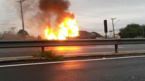 Metade do veículo foi tomado pelas chamas - Foto: Enviada pelo leitor