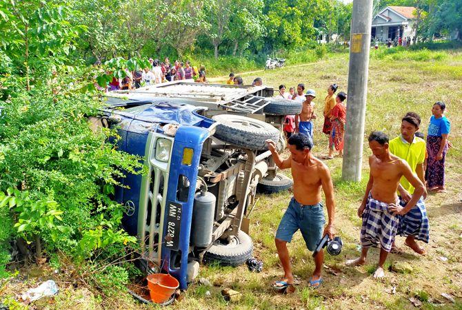 Hindari Tabrakan, Mobil Boks Terguling – Berita Madura