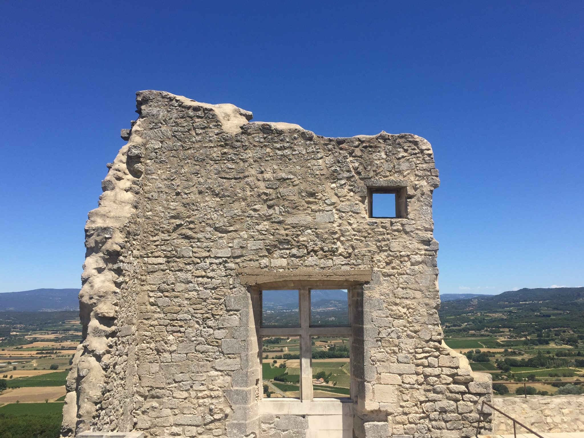 Luberon villages Provence France Lourmarin Rent-Our-Home rentourhomeinprovence Lacoste chateau