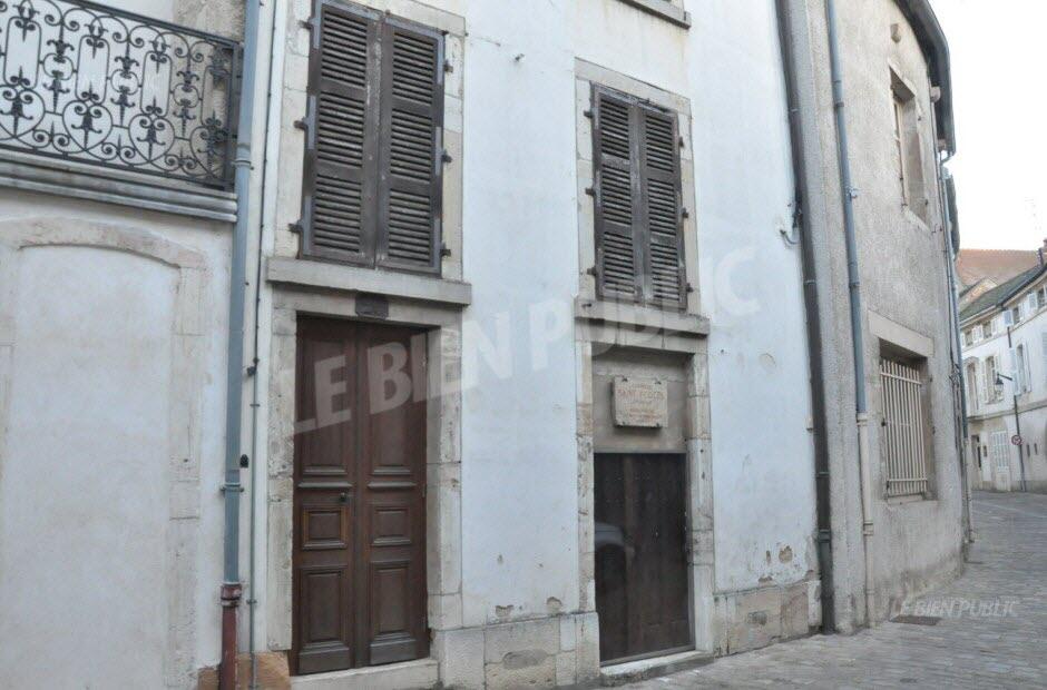 les logements sont situes aux numeros 18 et 20 de la rue la chapelle saint