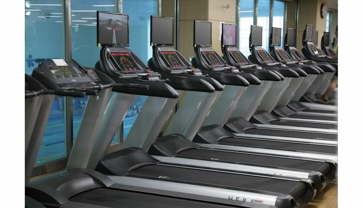 tapis de course a la salle de sport