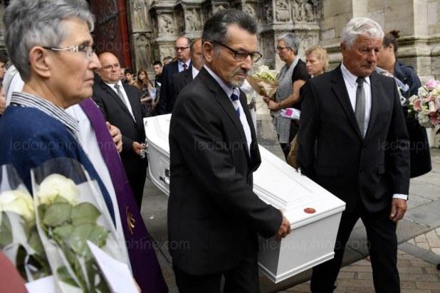 Le cercueil de Sophie Lionnet est porté à l'extérieur de l'église après la cérémonie. Photo Bertrand GUAY/AFP