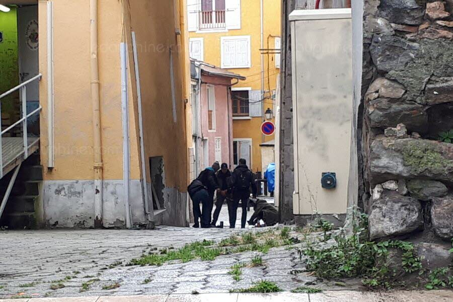 Plainclothes police check the area around Place Saint-Arnoux and the city center. Foto The DL / E.C
