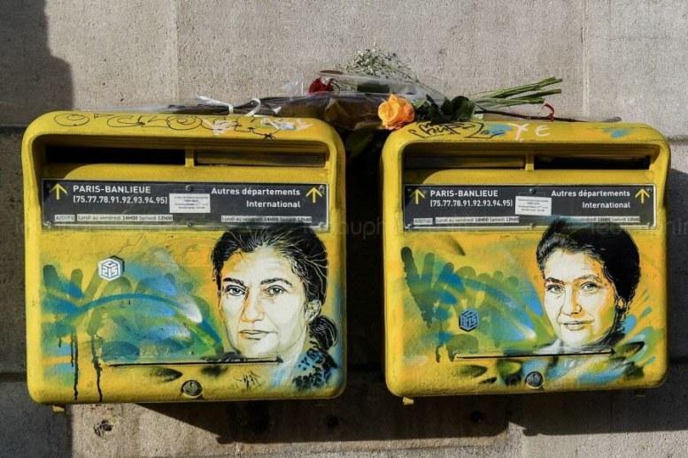 Le visage de Simone dessiné par l'artiste C215 sur deux boîtes aux lettres de la mairie à Paris 13e. Photo Christophe ARCHAMBAULT / AFP