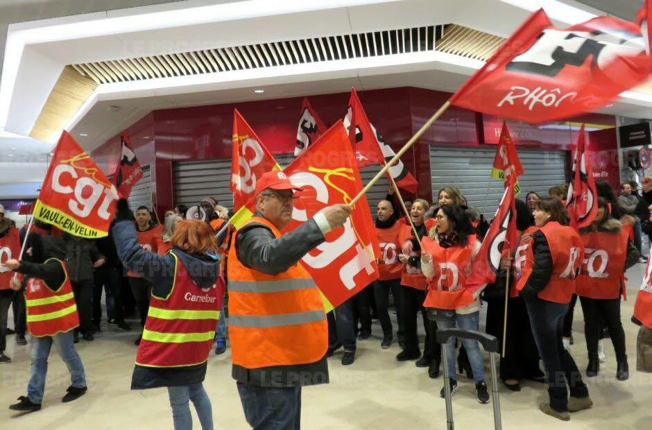 Le collectif des salariés du groupe Carrefour voit rouge aux Sept-Chemins. Photo Monique Desgouttes-Rouby