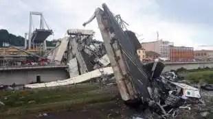 le macerie dopo il crollo del ponte morandi a genova