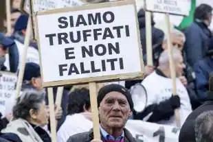 protesta dei risparmiatori davanti a bankitalia 9