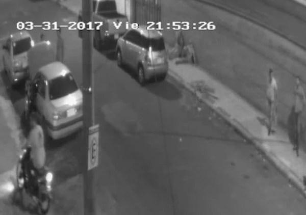 FOTO 3: A las 21:53 llega este hombre en una moto hasta el local del PLRA trayendo la bolsa negra con los insumos para la bomba molotov.