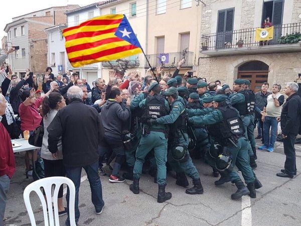 Icónica imagen de la situación que hoy se vive en Cataluña, España. Foto: IFLRY @IFLRY /Twitter.