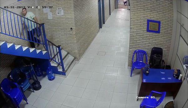 FOTO 4: A las 21:59, el hombre de la moto sube la bolsa con los insumos de las bombas al segundo piso.