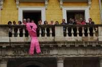 Un gran lazo rosa luce en el Ayuntamiento de Teruel con motivo del Día contra el Cáncer de Mama