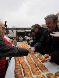 Unas 11.000 personas asisten al tradicional reparto del roscón de San Valero