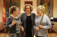 La alcaldesa de Mequinenza entrega el Bastón de Mando a las comisiones de San Blas y Santa Águeda