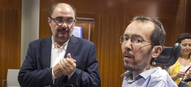 Javier Lambán dialoga con Pablo Echenique.