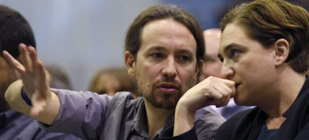 El líder de Podemos, Pablo Iglesias y la regidora de Barcelona, Ada Colau.