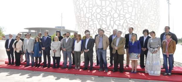 Foto de familia de candidatos del PSOE-Aragón en las elecciones del 26J.