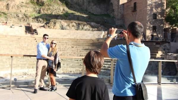 Un turista haciendo una fotografía a otros turistas