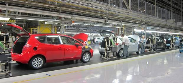 Trabajadores de la planta de Opel en Figueruelas.