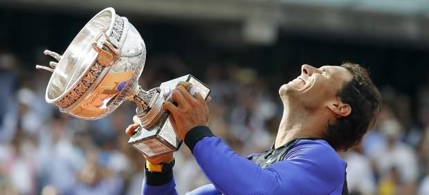 Nadal alza la copa de Roland Garros 2017.