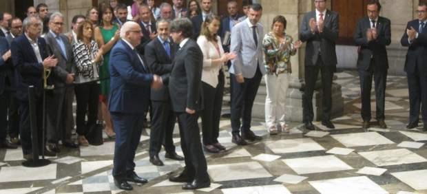 El presidenta Carles Puigdemont saluda a Jordi Baiget tras su cese.