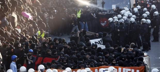 Manifestantes y Policía se encaran en Hamburgo.