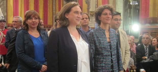 Ada Colau, Marina Garcés y concejales municipales en el pregón de la Mercè