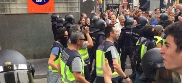 Agentes de la Policía se llevan urnas en Tarragona por el 1-O.
