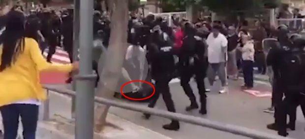 Un joven otorga una patada a un Guarda Civil