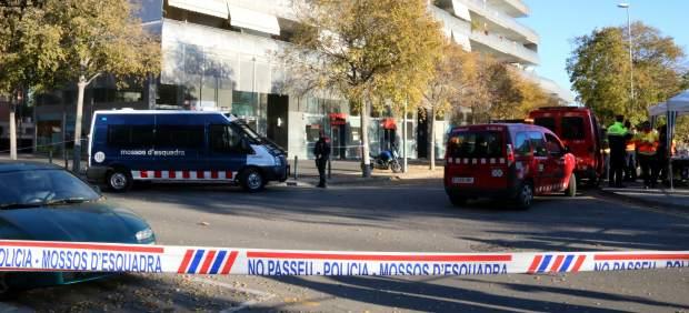 Despliegue policial en el enclave del edificio donde ha tenido sitio la explosión del parking de Viladecans.