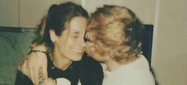 Ed Sheeran besa a su novia