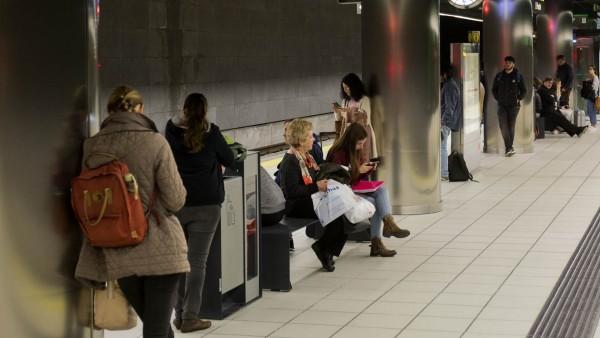 Metro de málaga estación viajeros pasajeros espera suburbano transporte