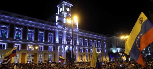 Decenas de venezolanos se concentran en la madrileña Puerta del Sol