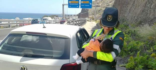 Guardia civil con bebé