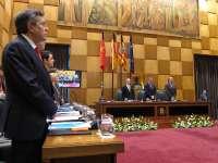 Acc.El pleno del Ayuntamiento de Zaragoza guarda un minuto de silencio en recuerdo a las víctimas