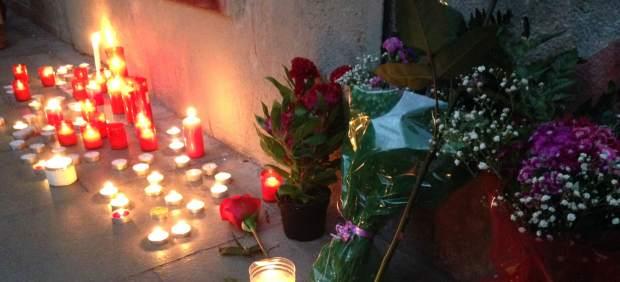 Velas en recuerdo del vecino fallecido en el Raval