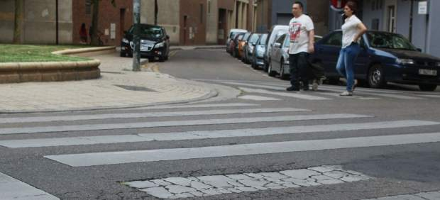 Desperfectos en el firme de la calle Camino de Cabaldos de Zaragoza.