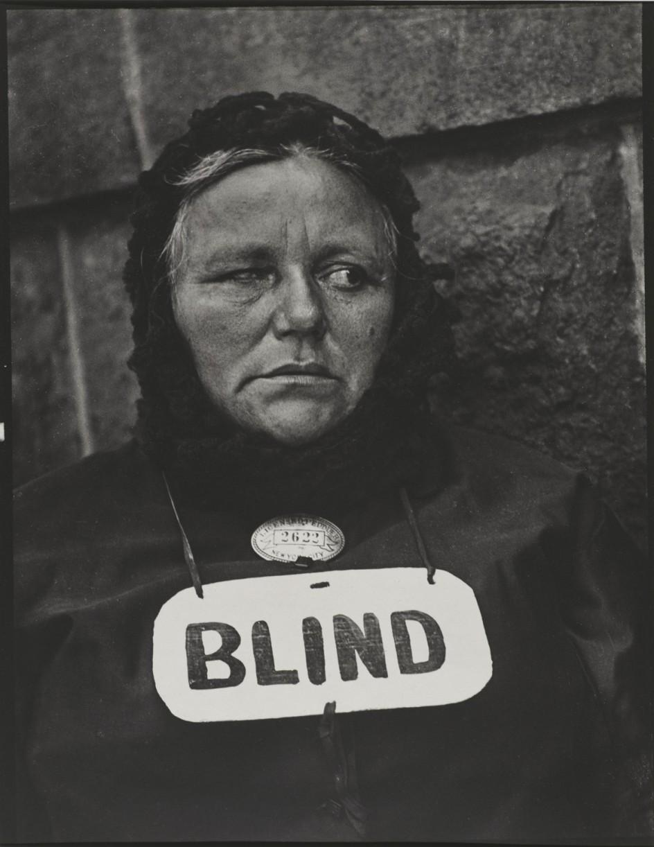Mujer ciega retratada en Nueva York en 1916 por Paul Strand